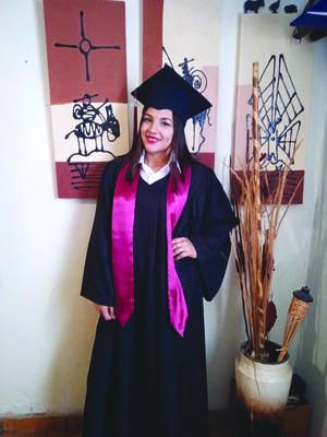 Reyna Naidelyn se gradúa de secundaria