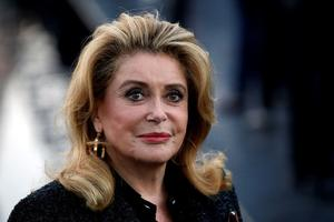 Deneuve regresa radiante a Cannes tras un ictus y la 'terrible' covid