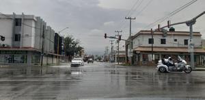 Motociclistas se arriesgan al viajar sin protección en Monclova