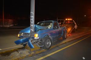 Conductor choca contra una luminaria y termina lesionado en Monclova