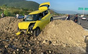 Bloquean autopista Siglo XXI con tierra y provocan accidente