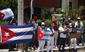 Cubanos protestan ante consulado