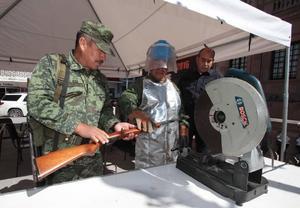 Ciudadanos de Monclova acuden a módulo para canjear armas por dinero