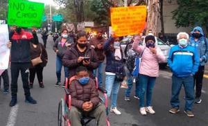 Pacientes del IMSS en sillas de ruedas bloquean Periférico Norte