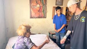 Natanael Cano regala dinero en Sonora