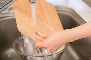 Conoce cómo lavar correctamente las tablas para picar