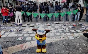 Colectivos se manifiestan contra diputados en Puebla