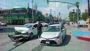 Un conductor omite luz roja de semáforo y termina provocando accidente en Monclova