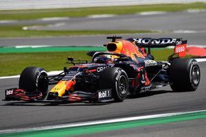 Verstappen gana el sprint en casa de Hamilton y Alonso brilla en el estreno
