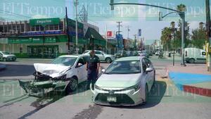 Una conductor omite luz roja de semáforo y termina provocando accidente