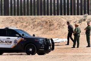 Un migrante mexicano muere al intentar escalar la valla fronteriza en Texas