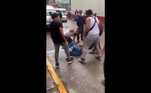 Pasajeros bajan a golpes a asaltante de combi en Nicolás Romero