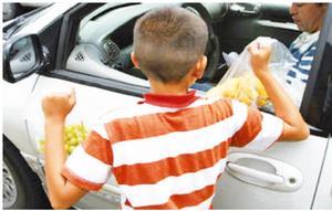 Los niños limpiabrisas arriesgan su vida en los crucerosde Monclova
