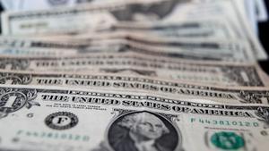 El precio del dólar en el mercado informal de Argentina toca máximo en el año