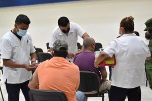 400 obreros de 30-39 años esperan la vacuna en AHMSA 2
