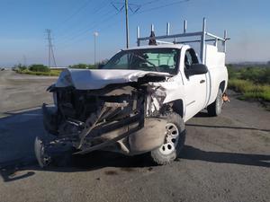 Camioneta le pega a 'tórton' el conductor ignora reductor de velocidad