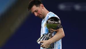 Nona Gaprindashvili le regala a Messi un juego de ajedrez dorado