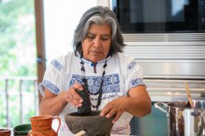 Cocinera indígena gana concurso '¿A qué sabe la Patria?' de platos mexicanos