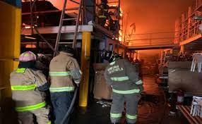 Incendio consume mueblería en Tlalnepantla