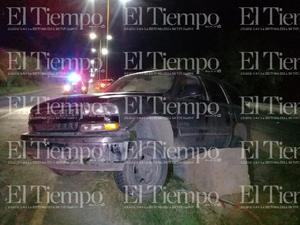 Un conductor derriba luminaria y termina destrozando su lujosa camioneta en Monclova