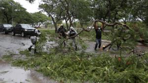 Grace se degrada a tormenta tropical y provoca fuertes lluvias en su paso por México