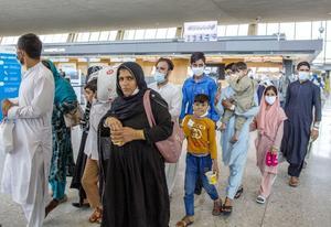 Llegan a Albania dos nuevos vuelos con 182 refugiados afganos a bordo