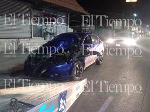 Chofer se impacta contra muro de una tienda de conveniencia en Frontera