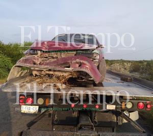 Conductor termina volcado y abandona su vehículo