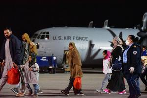 Llegan a Kosovo 111 afganos de los 2.000 que acogerá el país