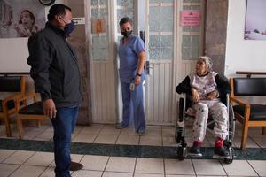 COVID-19 elevó 50% solicitudes de adultos mayores para entrar a asilo