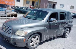 Un conductor se estrella contra una luminaria en Monclova
