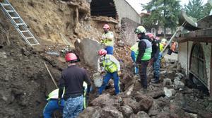 Deslizamiento de tierra sepulta parte de albergue de perritos 'Milagros Caninos' en CDMX