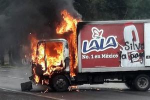 El CNTE quema camiones en Michoacán; exigen pago