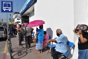 Adultos mayores de Monclova viven calvario al cobrar pensión