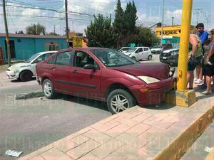 Mujer al volante provoca fuerte choque en Castaños