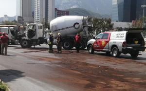 Una falla mecánica en un camión desata fuerte accidente vial en Monterrey