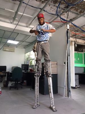 Plafonero sobre zancos es un oficio diferente en Monclova