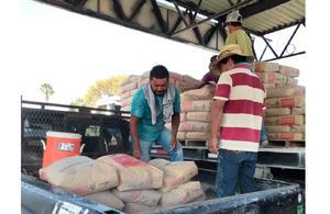Ciudadanos de San Buenaventura reciben sexto pedido de cemento subsidiado