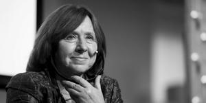 Svetlana Alexiévich: Parece que nos enfrentamos a una nueva Edad Media