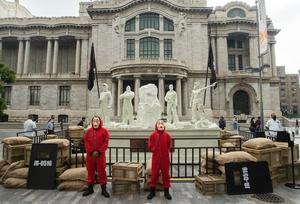 Fans de la serie visitan escultura de 'La casa de papel' en el Palacio de Bellas Artes