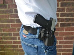 Mayores de 21 años ya pueden portar armas a la vista en Texas