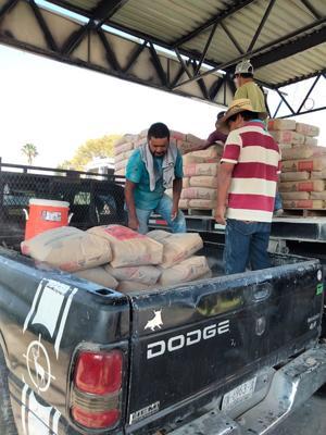Ciudadanos  reciben cemento subsidiado