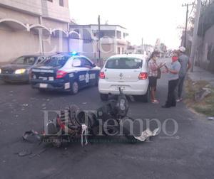 Motociclista se pasa alto e impacta a vehículo en Monclova