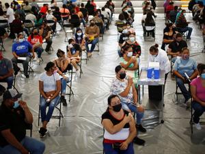 Vacunan contra COVID-19 a migrantes en Chiapas