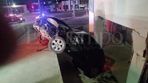 Conductor estampa su vehículo en negocio en Monclova