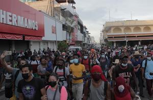 Migrantes intentan cruce masivo a EU desde Tijuana