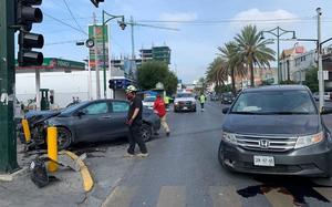 Automovilistas protagonizan aparatoso accidenteen Monterrey