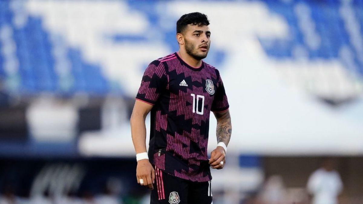 Alexis Vega sale lesionado del México-Costa Rica por aparatosa falta