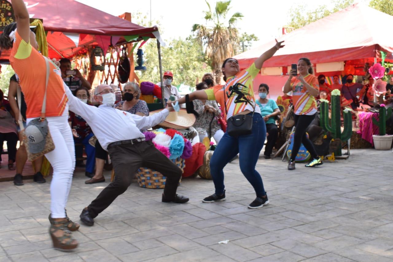 """""""El Doc"""" con 72 años, que bien baila en el festival de Nadadores"""