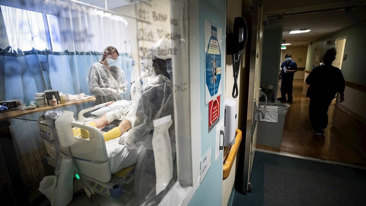 Paciente con COVID-19 escapa de hospital tras robarle el auto a médico en Edomex